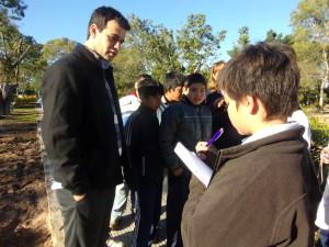 Intendente Navarrete informando a los alumnos  cómo se proyectó  la obra y sus avances