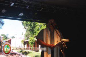 El padre Sandro Zacarías, en su pueblo Santa Ana de los Guácaras, a cargo de la bendición