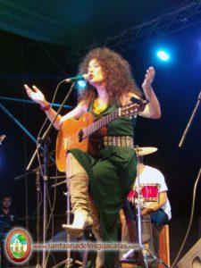 La artista Gicela Méndez Ribeiro además de brindar un excelente espectáculo se presentó con un peinado homenaje al mango chupado