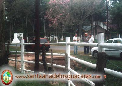 Los Hermanos Menores Capuchinos Fray Heraldo Avellaneda y Fray Pedro Temperán, junto a Juan Carlos Barberán, un laico comprometido con la obra de San Pío, miran los logros alcanzados en tan poco tiempo. (Noviembre del 2005)