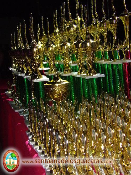 Trofeos recordatorios para cada uno de los integrantes de las comparsas Integrantes: 54 en total.
