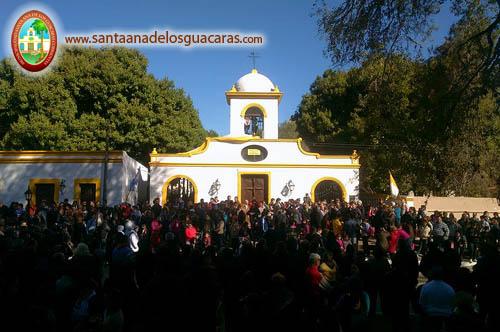 La comunidad reunida para iniciar la procesión