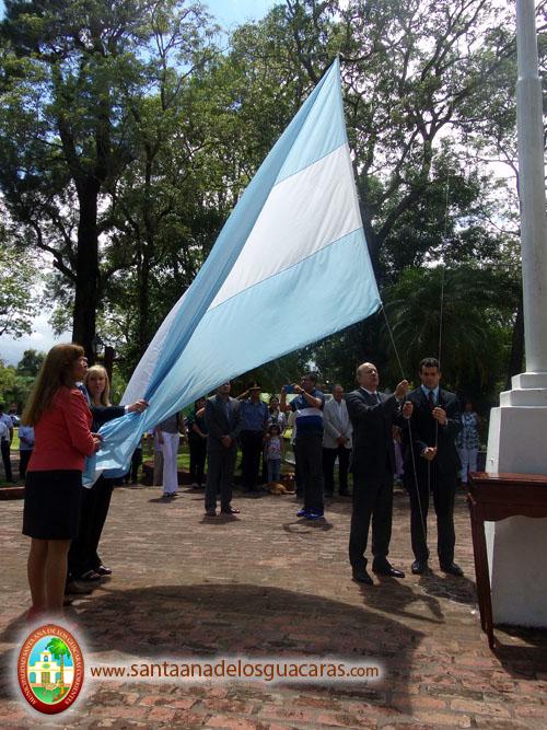Izamiento del Pabellón nacional, a cargo del intedente Navarrete y autoridades