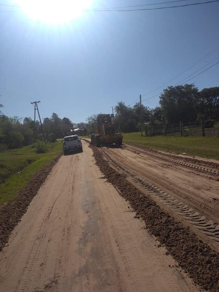 maquina niveladora trabajando en ruta provincial